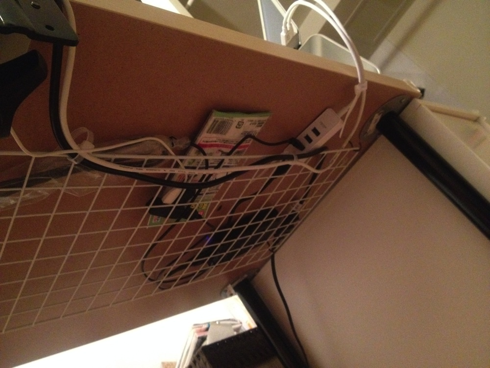 100均ワイヤーネットでケーブル整理